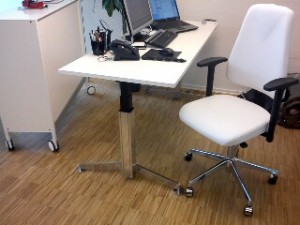 Hvid kontorstol med poleret alu stel